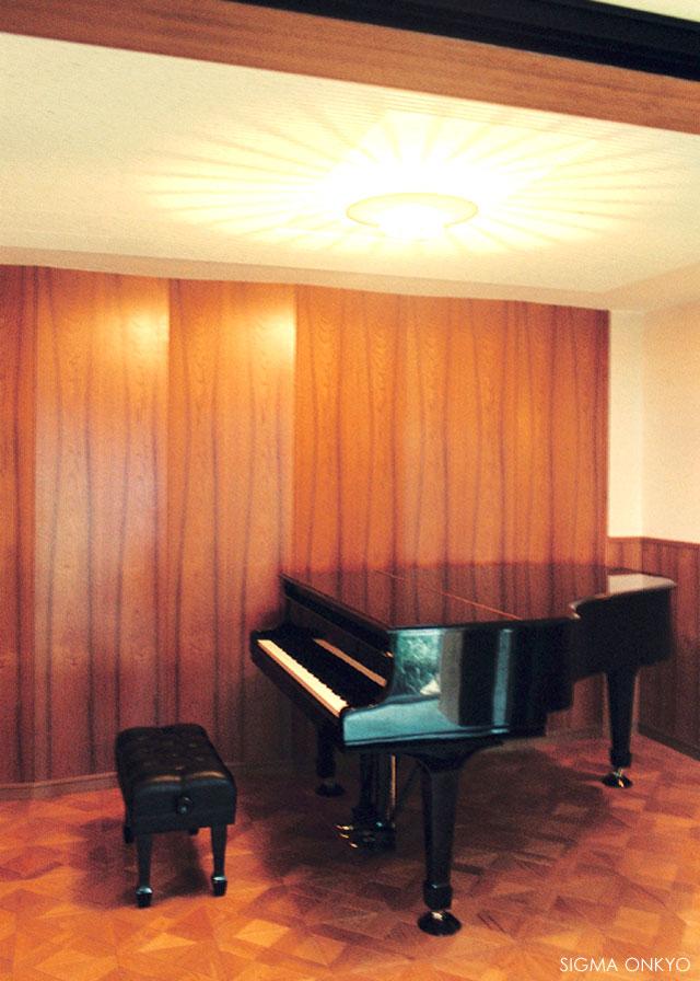 木目が美しいピアノ室