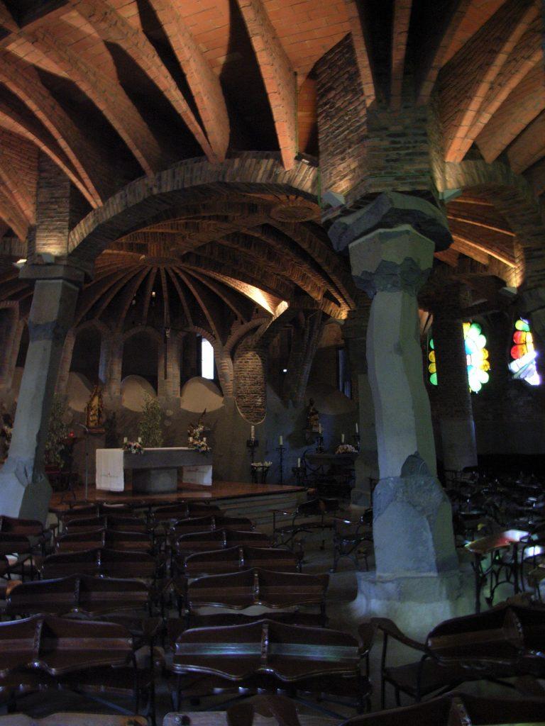 コロニアグエル教会の内部空間