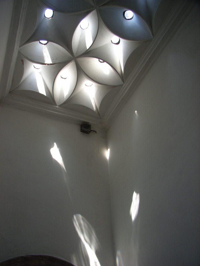 イスタンブールの宮殿のバスルームは、光の演出が美しい。
